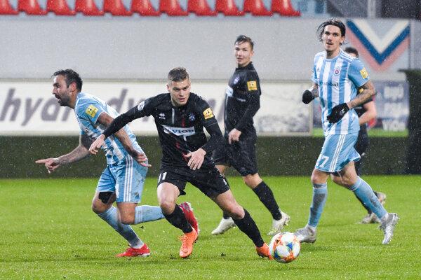 Žolík Jakub Švec (vpredu) tentoraz Zlaté Moravce nespasil. Slovanista Dávid Holman (vpravo) dal krásny víťazný gól.