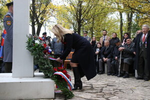 Prezidentka Zuzana Čaputová počas pietneho aktu kladenia vencov na vojenskom cintoríne Petržalka – Kopčany, pri príležitosti Medzinárodného dňa vojnových veteránov 11. novembra.