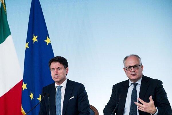Zľava taliansky premiér Giuseppe Conte a minister financií Roberto Gualtieri.