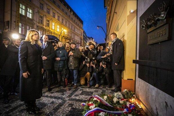 Čaputová pri pamätníku na Národnej triede v Prahe.