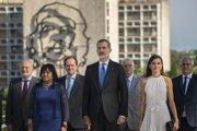Španielsky kráľ Filip VI. (uprostred) a jeho manželka Letizia (vpravo) na návšteve Kuby.