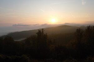 Východ slnka nad Javorím z nádvoria Dolného hradu.