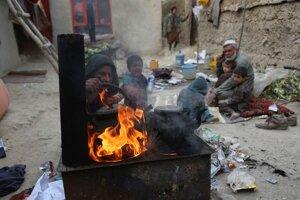 Yousuf s rodinou pália aj plasty, aby si mohli vyrobiť teplý čaj. Pre znečistené ovzdušie v Kábule zomrelo päť jeho detí. Situáciu zhoršuje chlad a chudoba.