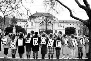 Študenti pred úradom vlády Slovenskej socialistickej republiky 7. decembra 1989.