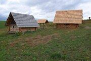 Kópie stredovekých zemníc a studňa v archeoskanzene v zaniknutej osade Šoldov.