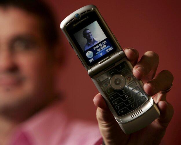 Jedna z pôvodných verzií véčkového telefónu Razr.
