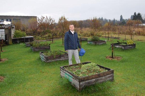 V pozadí za vrútockým primátorom Branislavom Zacharidesom by malo vyrásť nové ihrisko.