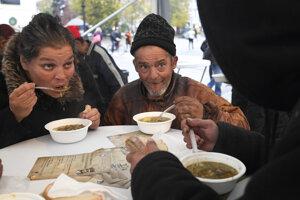 Pre chudobných navarili dobrovoľníci tisíc litrov šošovicovej polievky.