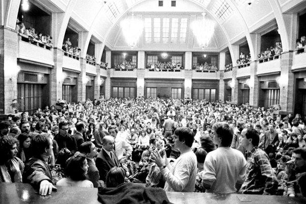 V aule Univerzity Komenského v Bratislave zišli sa 21. novembra 1989 študenti bratislavských vysokých škôl, aby vyjadrili svoju podporu hnutiu pražských vysokoškolákov.