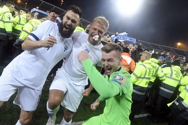 Fínsky kapitán Tim Sparv (vľavo) oslavuje s Paulusom Arajuurim (uprostred) a brankárom, slovenským rodákom Lukášom Hrádeckým (vpravo) po víťazstve nad Lichtenštajnskom v zápase J-skupiny Fínsko - Lichtenštajnsko 9. kola kvalifikácie EURO 2020.