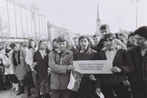 Účastníci zhromaždenia na Hlavnom námestí 27. novembra 1989.
