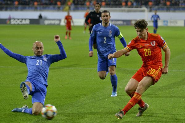 Daniel James (vpravo) a Pavlo Pashayev (vľavo) v kvalifikačnom zápase na EURO 2020 Azerbajdžan - Wales.