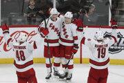Hokejisti Caroliny Hurricanes oslavujú triumf nad Minnesotou Wild.