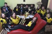 Desiatky športových pohárov má svojej zbierke ženská zložka Dobrovoľného hasičského zboru v Čižaticiach v okrese Košice-okolie. DHZ vznikol v Čižaticiach v roku 1920. Po niekoľkých etapách sa jeho činnosť obnovila pred 12 rokmi. Tento rok štvrtýkrát za sebou vyhrali Košickú hasičskú ligu. Ich snom je dostať sa na Majstrovstvá SR v hasičskom športe.