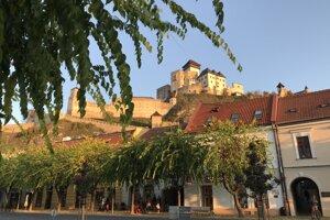 Pohľad na Trenčiansky hrad z Mierového námestia.