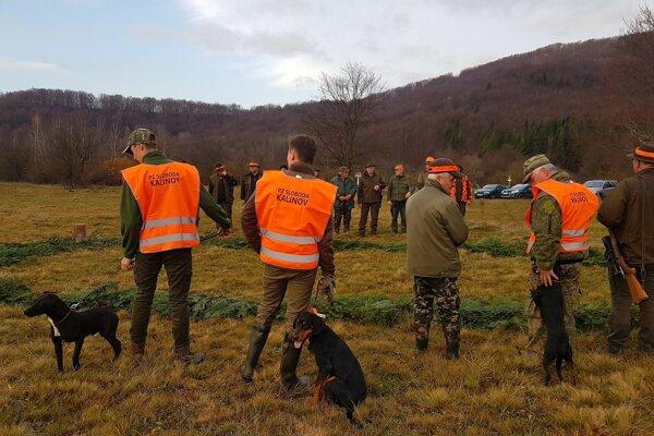 Spoločná poľovačka v Kalinove aj so psami.