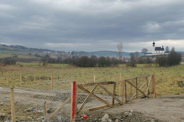 Na pozemku s výhľadom na pamiatku UNESCO, kde stavajú nelegálny dom, pribudol plot. Majiteľ stavbu neohlásil.