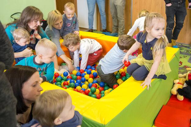 Cez skúšobné obdobie študujúci rodičia uvítajú, ak majú kde odložiť deti.