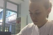 Karin pri práci v nemocničnej lekárni v Berlíne.