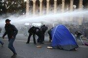 Zásah polície proti demonštrantom pred gruzínskym parlamentom v Tbilisi.
