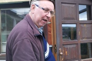 Jozef pred vchodovými dverami, za ním vošiel do domu aj zlodej.
