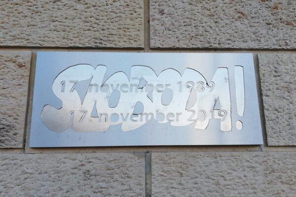 Pamätná tabuľa na fasáde Divadla Jána Palárika v Trnave