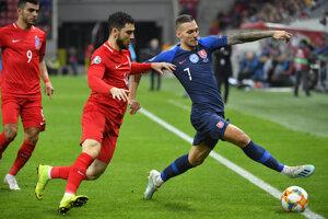 Lukáš Haraslín (vpravo) bojuje o loptu v zápase proti Azerbajdžanu.