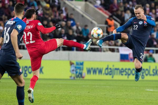 Stanislav Lobotka v súboji počas kvalifikačného zápasu proti Azerbajdžanu.