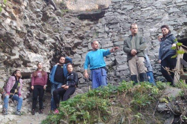 Dobrovoľníci pomáhajú pri záchrane Starhradu.