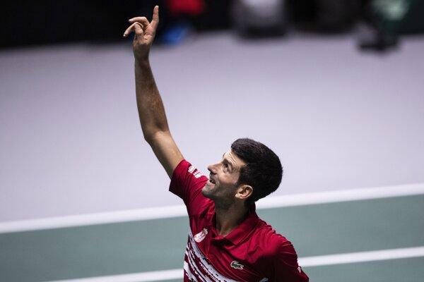 Srbský tenista Novak Djokovič sa teší po víťazstve nad Japoncom Jošihitom Nišiokom v zápase A-skupiny finálového turnaja Davisovho pohára Srbsko - Japonsko.