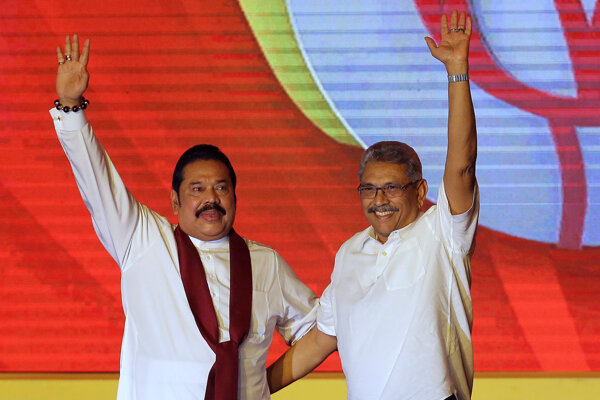 Zľava Mahinda Rádžapaksa a Gotabhája Rádžapaksa.
