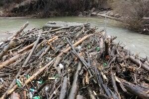 Toto naplavila veľká voda v Prielome Hornádu. Záber je zo Smižanskej Maše. Na kope dreva je aj veľa odpadu.