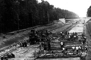 Spočiatku na diaľniciach nepracovali žiadne stroje.