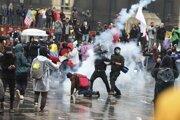 Tisíce protestujúcich zaplnili v metropole Bogota hlavné námestie i priľahlé ulice.