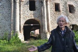 Dôchodca Teodor Berecz žije priamo pod kaštieľom. Jeho otec bol kedysi správcom panského sídla. Pri pohľade na horiaci kaštieľ sa neubránil slzám.