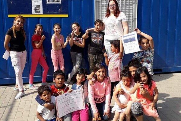Aktivity s deťmi v žiarskej rómskej osade, kde má komunitné centrum vysunuté pracovisko.