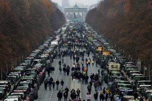 Farmári sa na traktoroch stretlipri Brandenburskej bráne.