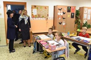 Prezidentka Zuzana Čaputová počas návštevy Základnej školy s vyučovacím jazykom maďarským v obci Malé Dvorníky v okrese Dunajská Streda.