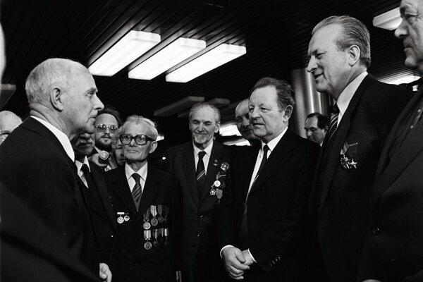 Miloš Jakeš na snímke (druhý sprava) z marca 1986, kedy sa konal zjazd Komunistickej strany Slovenska k nadchádzajúcemu XVII. zjazdu KSČ.
