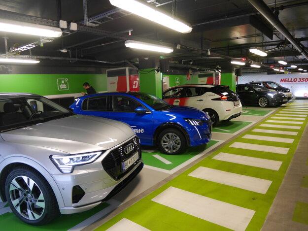 Nový nabíjací hub ZSE Drive pre šesť elektromobilov v obchodnom centre Aupark.