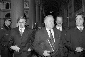 Na archívnej snímke z 20. februára 1996 Michal Kováč mladší vo Viedni s otcom Michalom.