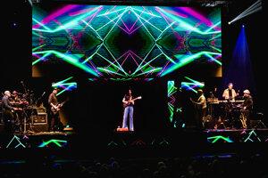 Priekopníkom v uvádzaní hologramov na javisko bol Frank Zappa. V roku 2019 jeho syn zrealizoval turné, na ktorom vystupuje ako trojrozmerná ilúzia.