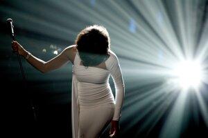 Turné hologramovej šou Whitney Houston prerušili pre koronavírus.