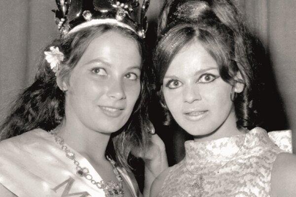Alžbeta Štrkulová (vpravo) pri odovzdávaní korunky svojej nástupkyni Jarmile Teplánovej v roku 1968.