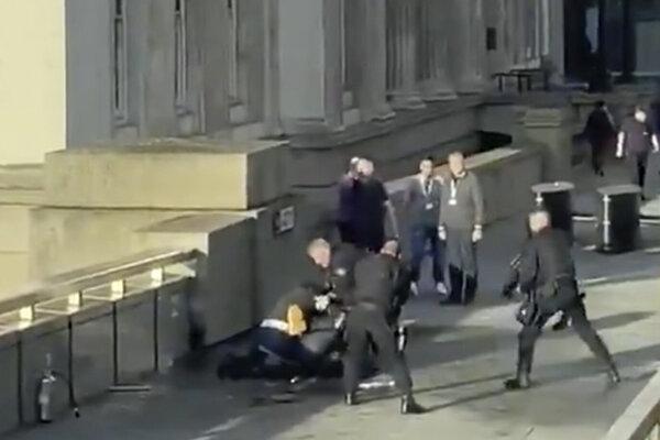 Polícia zasahuje proti útočníkovi z London Bridge.