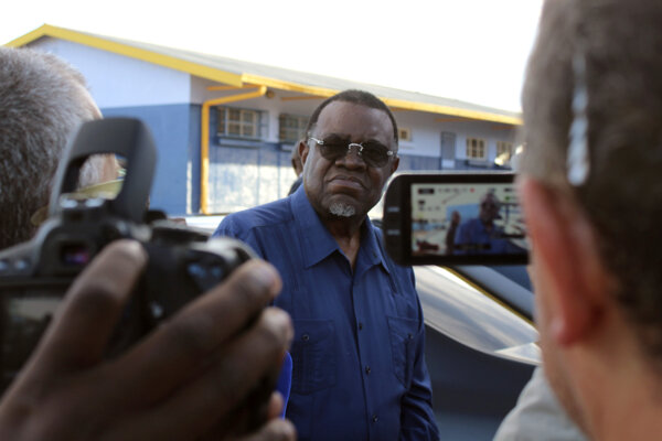 Predseda strany SWAPO Hage Geingob zostáva naďalej prezidentom.
