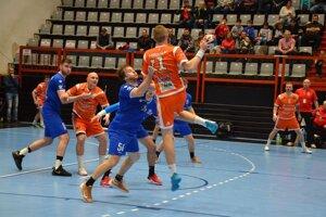 Považskobystričania (v modrom) zastavujú útok Košíc.