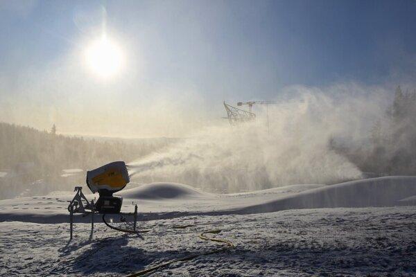 Umelý sneh pokrýva zjazdovky na Štrbskom Plese, v okolí Ždiaru aj v Tatranskej Lomnici.