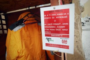 Na Vešiak pomoci je možné zavesiť len kabáty, vetrovky či teplé bundy.