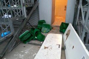 Fanúšikovia hostí zničili sedačky na tribúne aj dvere.